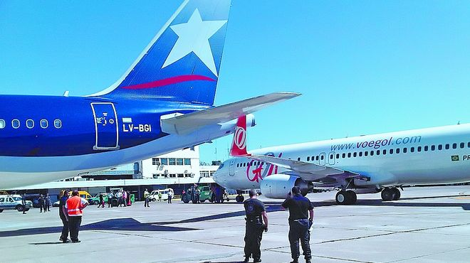 toca-parte-avion-aterrizaba-despegar_IECIMA20120214_0004_7