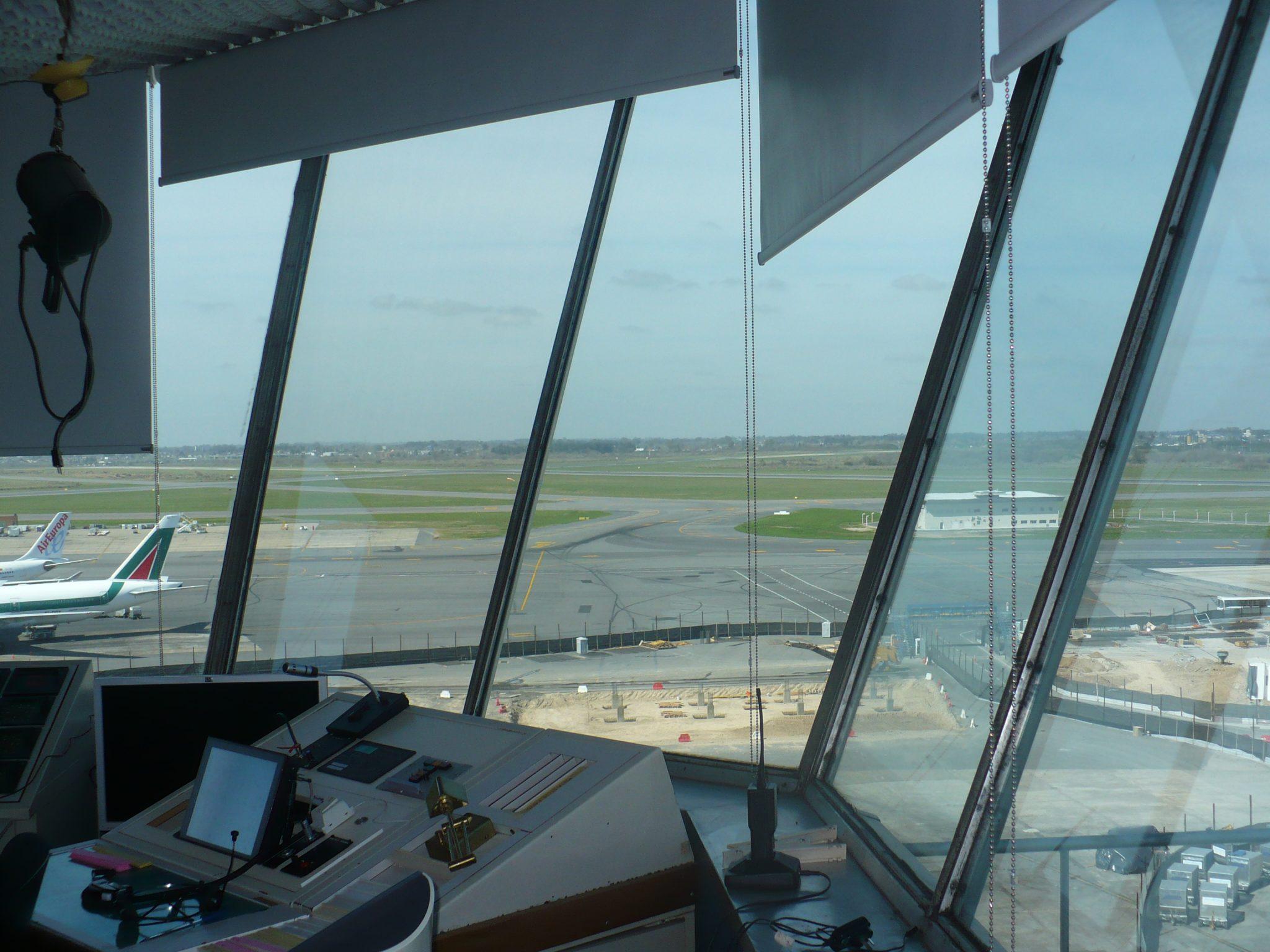 Piloto bloquea comunicaciones de una torre de control por cantar